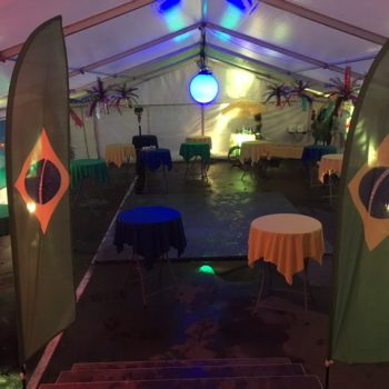 Brazilfest med färgade ståbord
